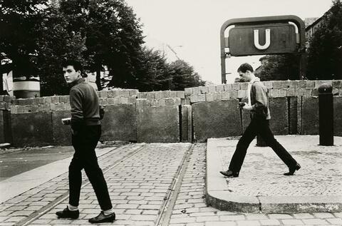 Will McBride - Jungs entlang der Mauer in der Bernauer Straße