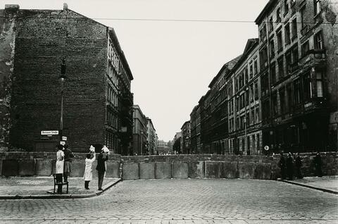 Will McBride - Babys Zeigen an der Mauer, Berlin