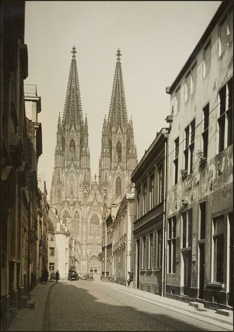 August Sander - An der Burgmauer