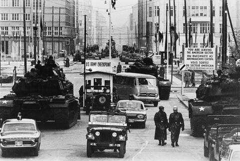 Will McBride - Amerikanische und russische Panzer stehen sich gegenüber, Friedrichstraße