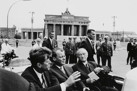 Will McBride - John F. Kennedy, Willy Brandt, Konrad Adenauer vorm Brandenburger Tor, Berlin