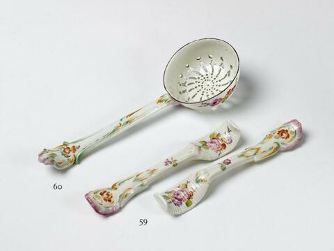 Streulöffel mit Blumendekor -