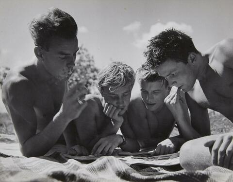 Herbert List - Untitled (Reading boys)