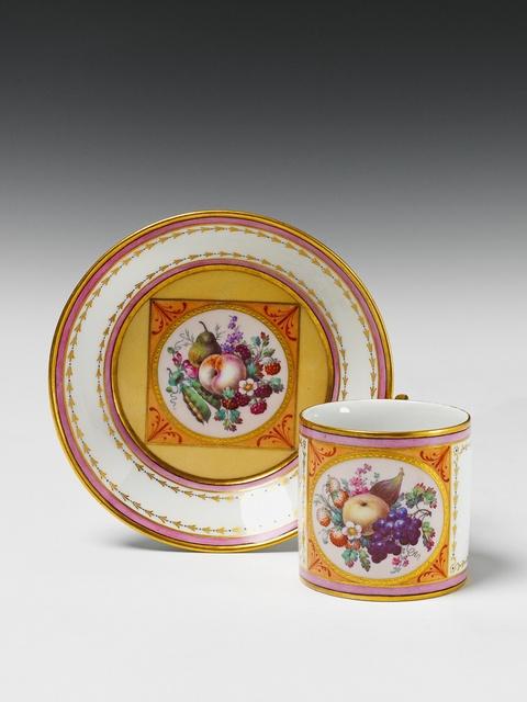 Tasse mit feiner Früchtemalerei -