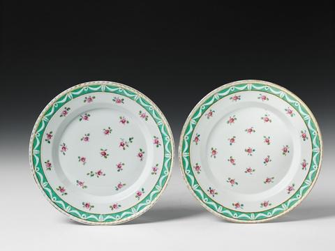 Zwei Teller mit detachierten Röschen -