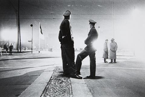 Will McBride - Berlin Friedrichstraße, Checkpoint Charlie