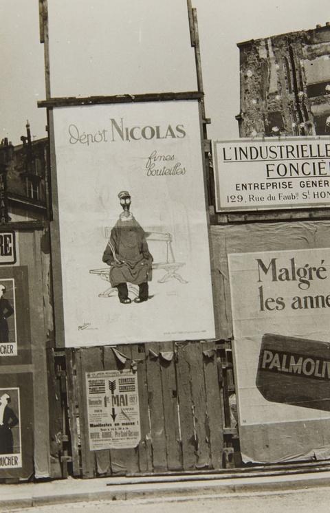 """Germaine Krull - Panneau publicitaire, l'affiche de """"Nicolas Fines bouteilles"""""""