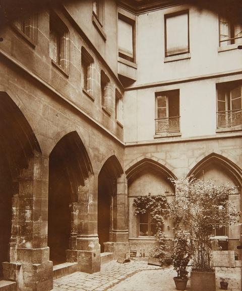 Jean Eugène Auguste Atget - Le cloitre de Billettes, Rue des Archives, Paris