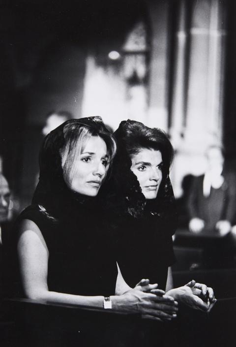 Robert Lebeck - Jackie Kennedy und Lee Radziwill am Sarg von Robert Kennedy, New York