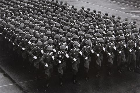 Barbara Klemm - Parade zum 40. Jahrestag der DDR, Ost-Berlin