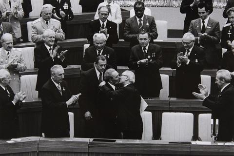 Barbara Klemm - Breschnew und Honecker am 30. Jahrestag der DDR