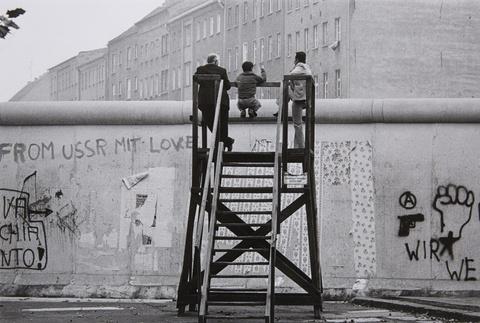 Barbara Klemm - Blick über die Mauer, West-Berlin