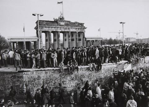 Barbara Klemm - Fall der Mauer. Brandenburger Tor, Berlin, 10. November 1989