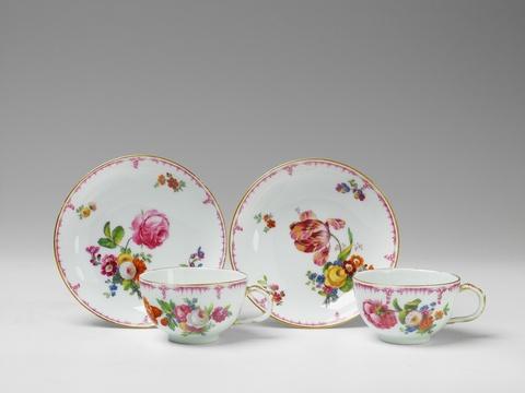 Zwei Tassen mit bunten Blumen -