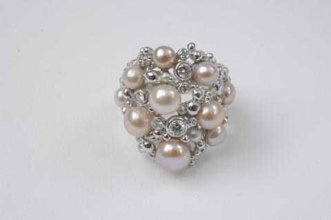 Ring mit Perlen und Diamanten -