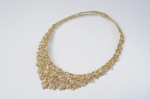 Kragencollier mit Perlen -