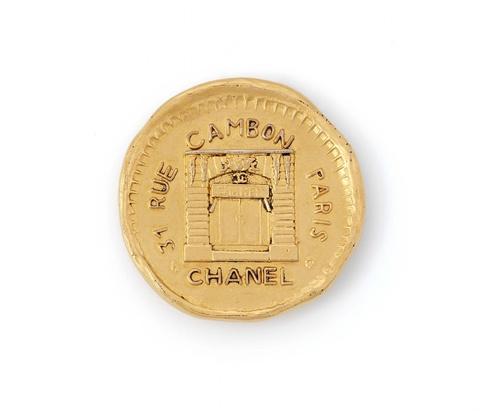 """Medaillenbrosche """"Rue Cambon"""" von Chanel, wohl Anfang 1980er Jahre -"""