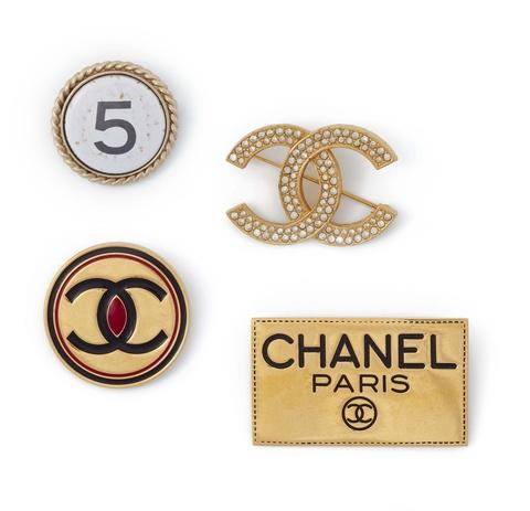Vier Logo-Broschen von Chanel, 1980er Jahre - 2004 -
