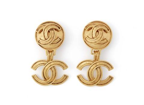 Paar Logo-Ohrclips von Chanel, Herbst 1994 -