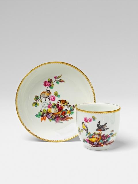 Tasse mit Vögeln und Fruchtkorb -