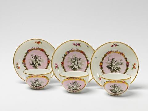 Drei Teetassen mit fliegenden Kindern -