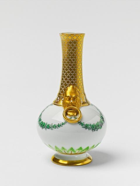 Kleine Vase mit Reliefmaskarons -
