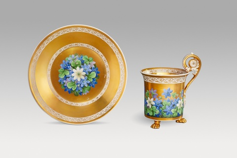 Tasse mit Veilchendekor -