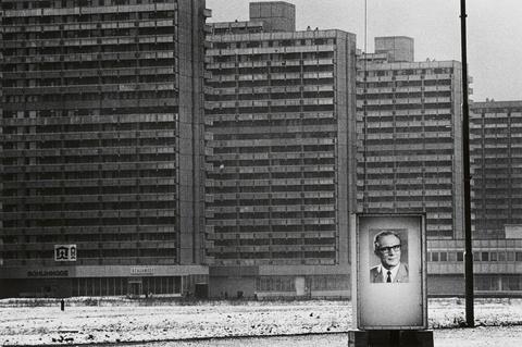 Thomas Höpker - Plattenbau-Siedlung mit Propagandaportrait des Ersten Sekretärs der SED Erich Honecker, Halle, DDR