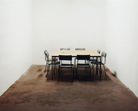 Ricarda Roggan - Acht Stühle und zwei Tische