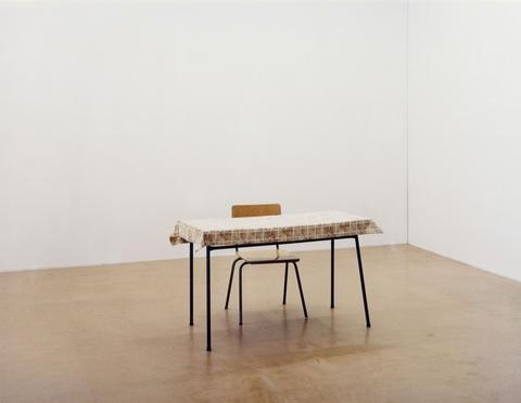 Ricarda Roggan - Tisch mit schwarzen Beinen