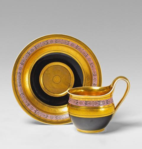 Tasse mit schwarzem Fond -