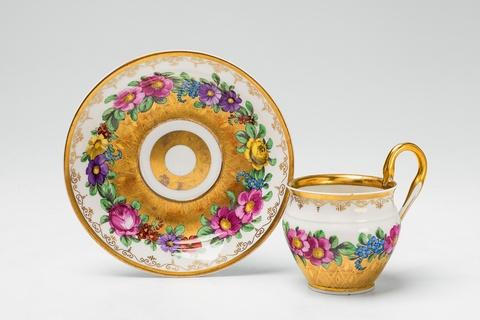 Tasse mit Blumenkranz -