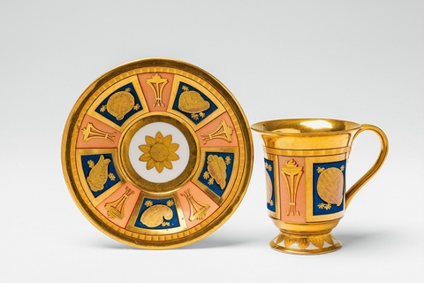Tasse mit klassizistischem Golddekor -