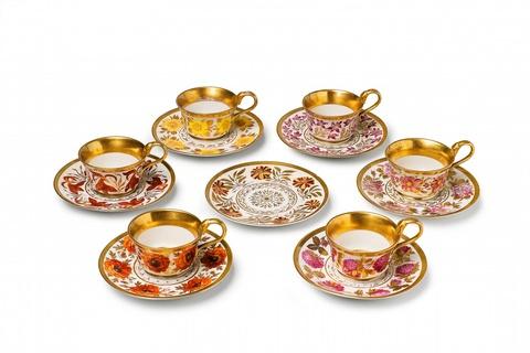 Sechs Tassen mit Blütenkränzen -