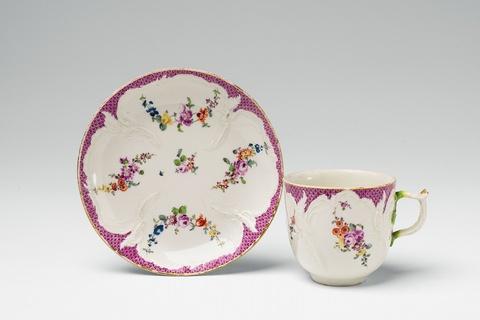 Tasse aus einem Kaffeeservice mit purpurroter Mosaikkante -