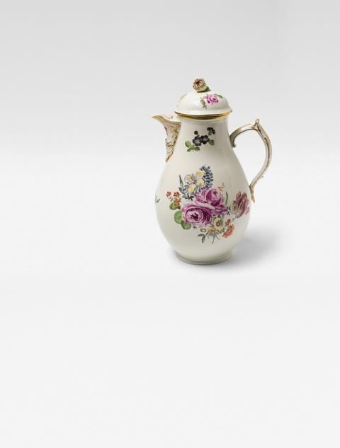 Kaffeekanne mit natürlichen Blumen -
