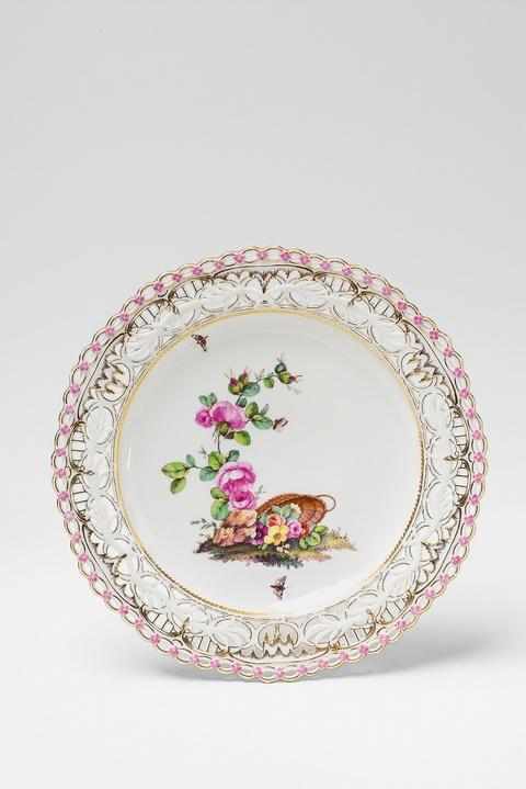 Dessertteller mit gestürztem Blumenkorb -