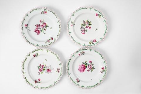 Vier Dessertteller mit dreifarbigen natürlichen Blumen -