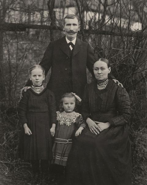 August Sander - Familienportrait, Kettenhausen, Westerwald
