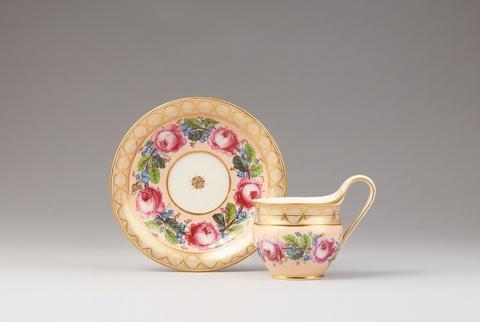 Tasse mit Kranz aus Rosen und Vergissmeinnicht -