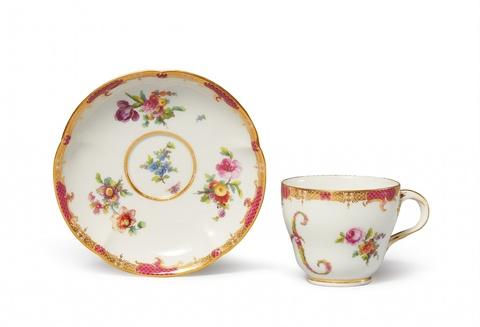 Tasse mit Purpurschuppen und Initiale H -