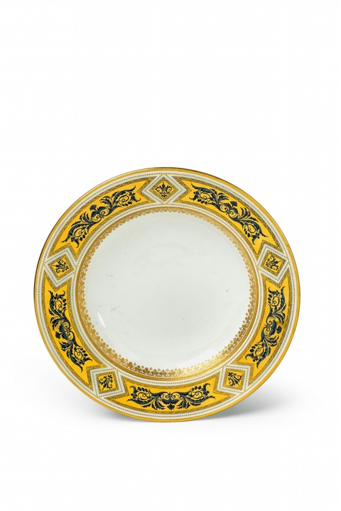 A Vienna porcelain plate with arabesque decor -