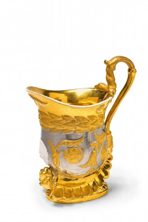 Seltene Tasse in Helmform -
