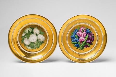 Zwei Untertassen mit Blütenbällen -