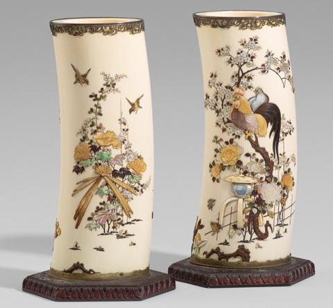 Paar Shibayama-Ziervasen. Elefantenzahnsegmente. Spätes 19. Jh. -