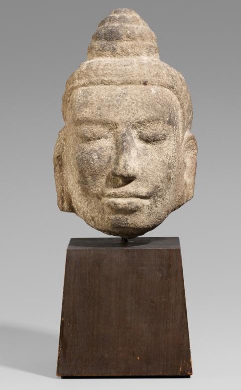 Kopf einer Gottheit. Kalkstein. Kambodscha. Ca. 11./12. Jh. -
