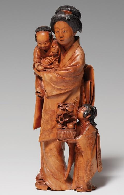 Großes okimono. Mutter mit zwei Kindern. Buchsbaum. Um 1900 -