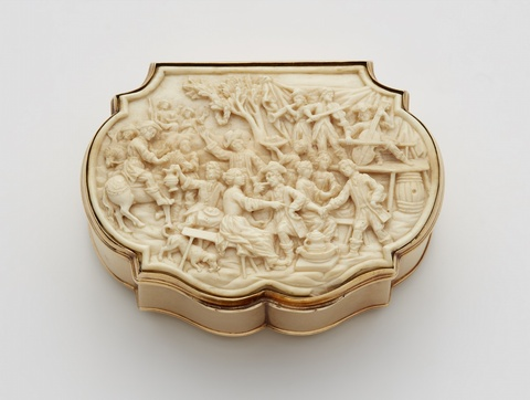 A 14k gold snuff box with ivory reliefs -