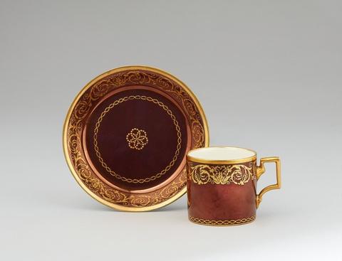 Tasse und Untertasse mit goldenen Arabesken -