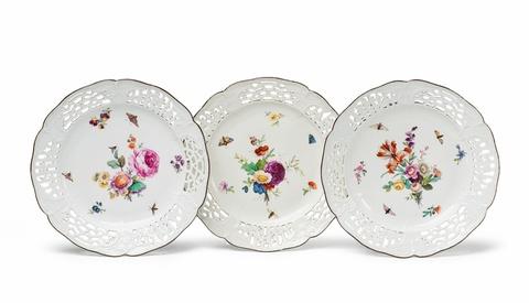 Drei Dessertteller mit natürlichen Blumen und Kalitten -
